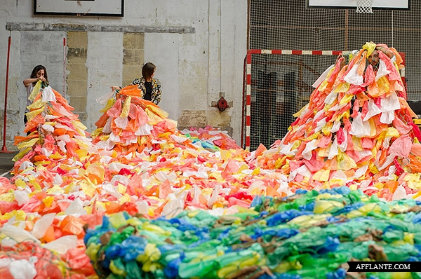 40000_Plastic_Bags_Giant_Slugs_Installation_Florentijn_Hofman_afflante_com_4