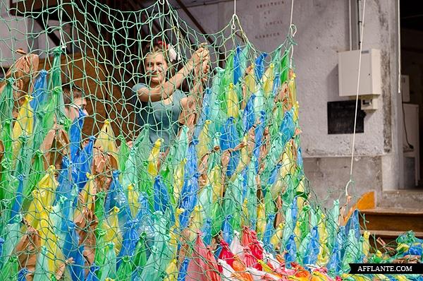 40000_Plastic_Bags_Giant_Slugs_Installation_Florentijn_Hofman_afflante_com_5