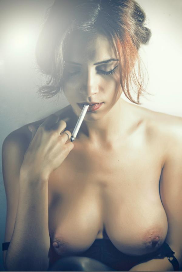 golaya-devushka-kurit-video-porno-zhenshini-konchayut-smotret-onlayn