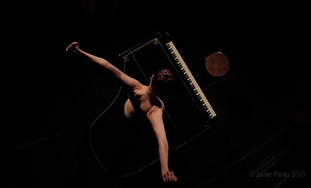 en-puntas-ballerina-performs-with-knife-shoes-javier-perez-5