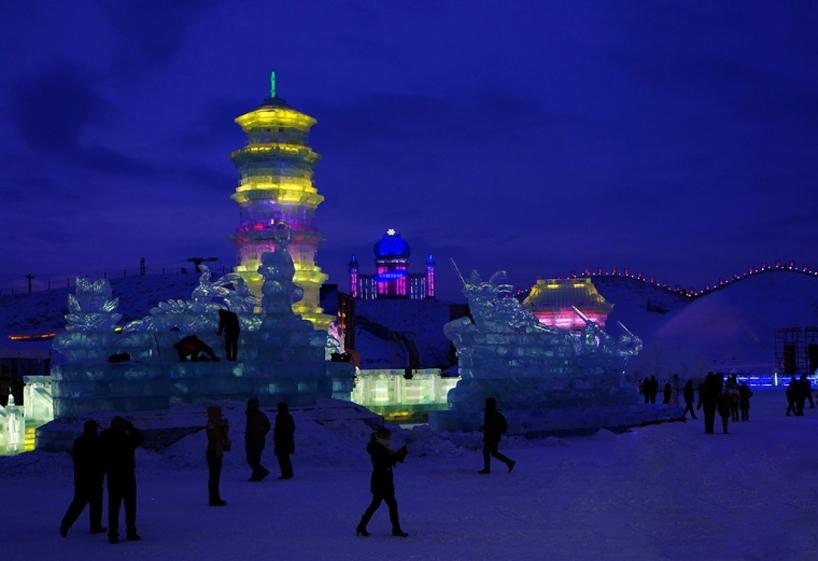 illuminated-glacier-village-at-the-2014-harbin-ice-festival-designboom-01