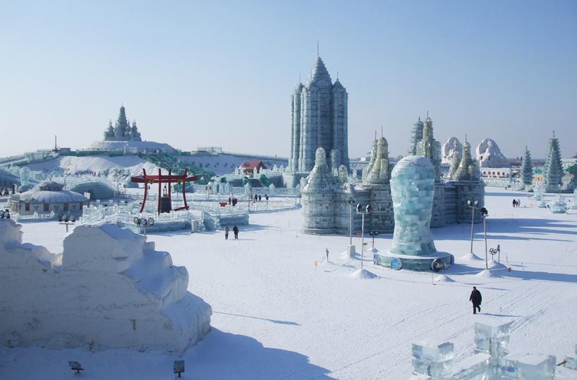 illuminated-glacier-village-at-the-2014-harbin-ice-festival-designboom-02