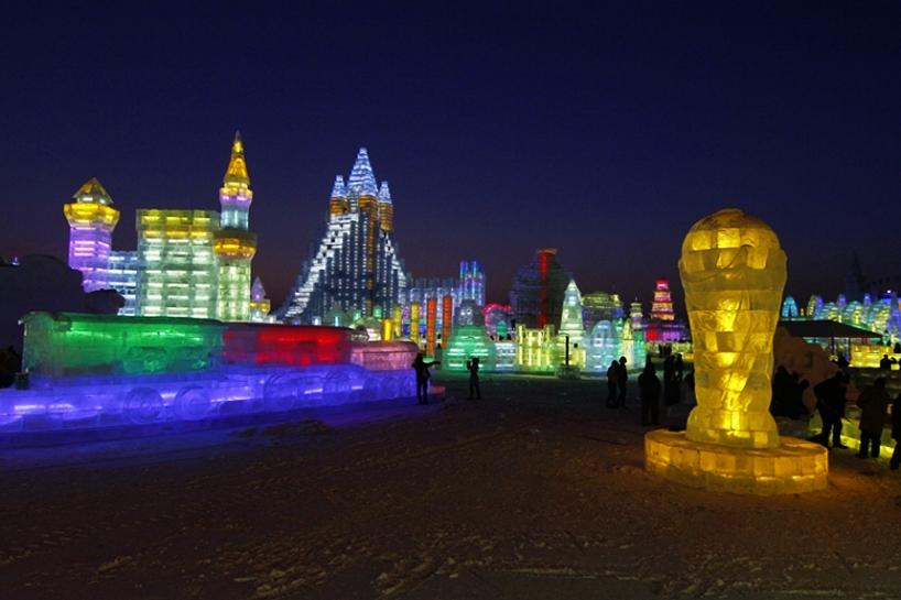 illuminated-glacier-village-at-the-2014-harbin-ice-festival-designboom-05