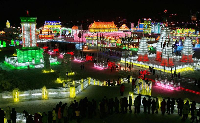 illuminated-glacier-village-at-the-2014-harbin-ice-festival-designboom-10