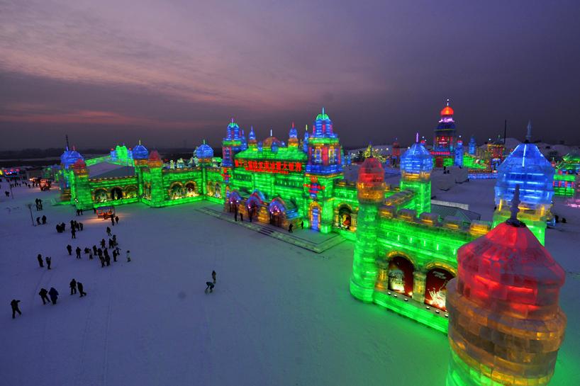 illuminated-glacier-village-at-the-2014-harbin-ice-festival-designboom-11