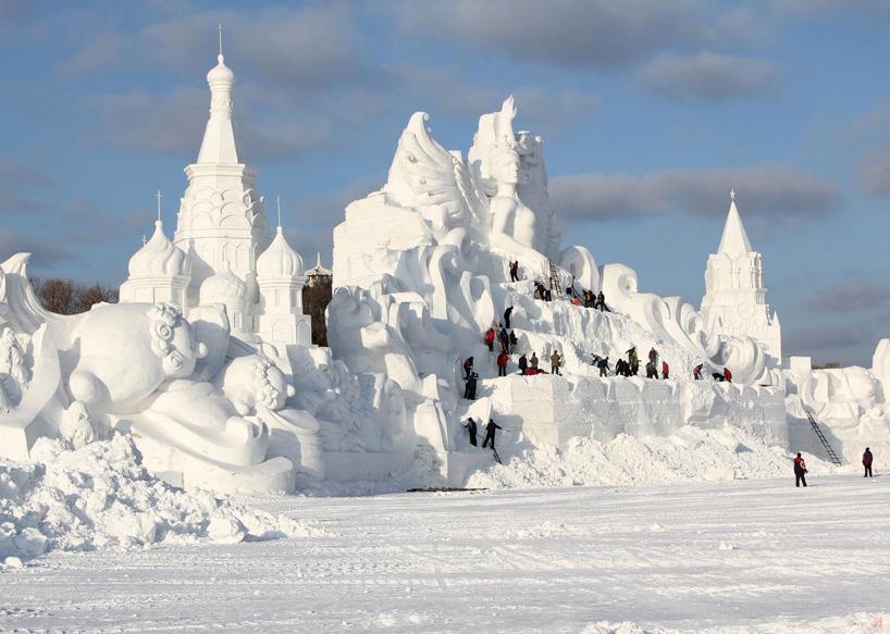 illuminated-glacier-village-at-the-2014-harbin-ice-festival-designboom-12