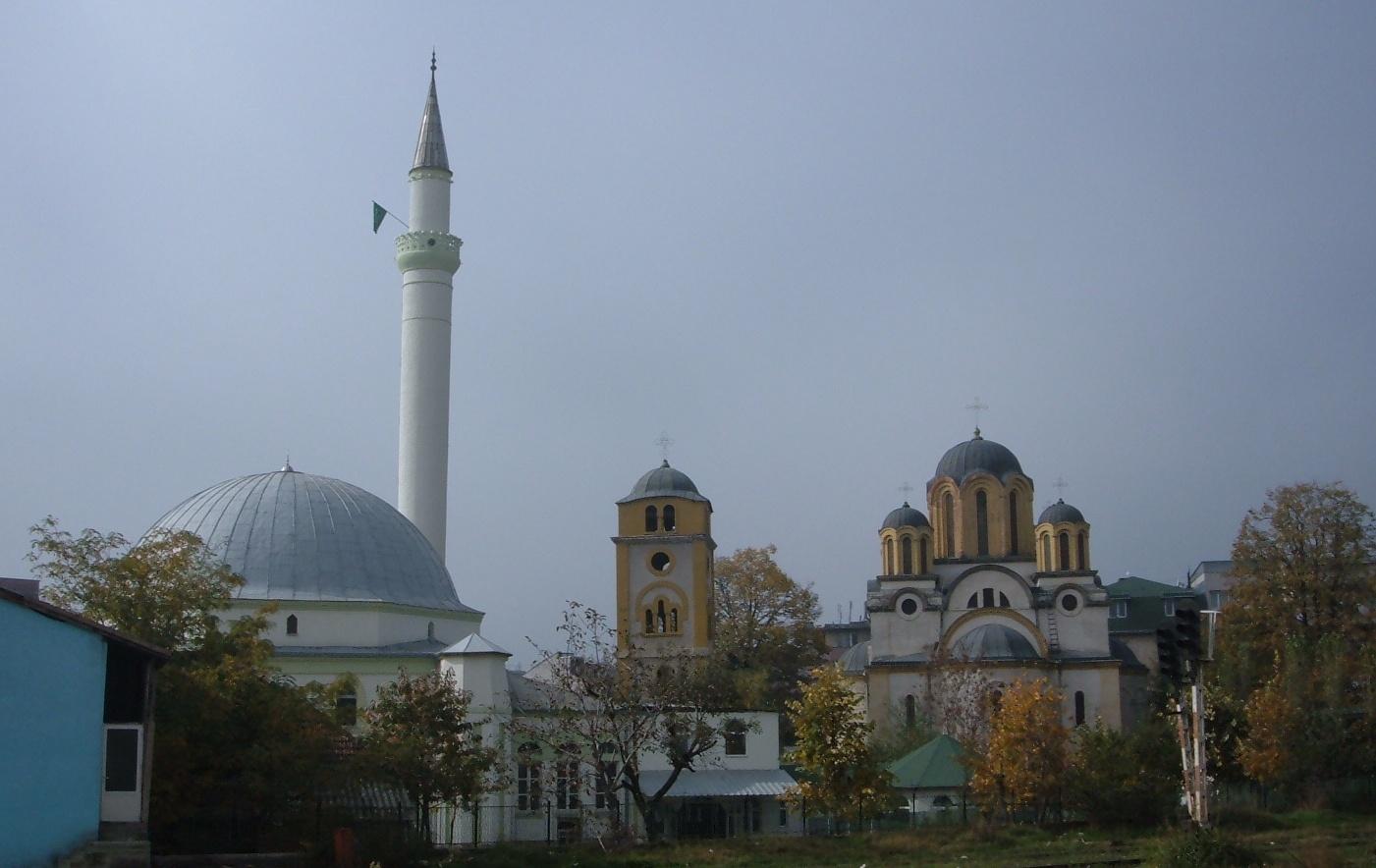 05 Moschee langa o biserica catolica in orasul kosovar Ferizai zis si Urosevac