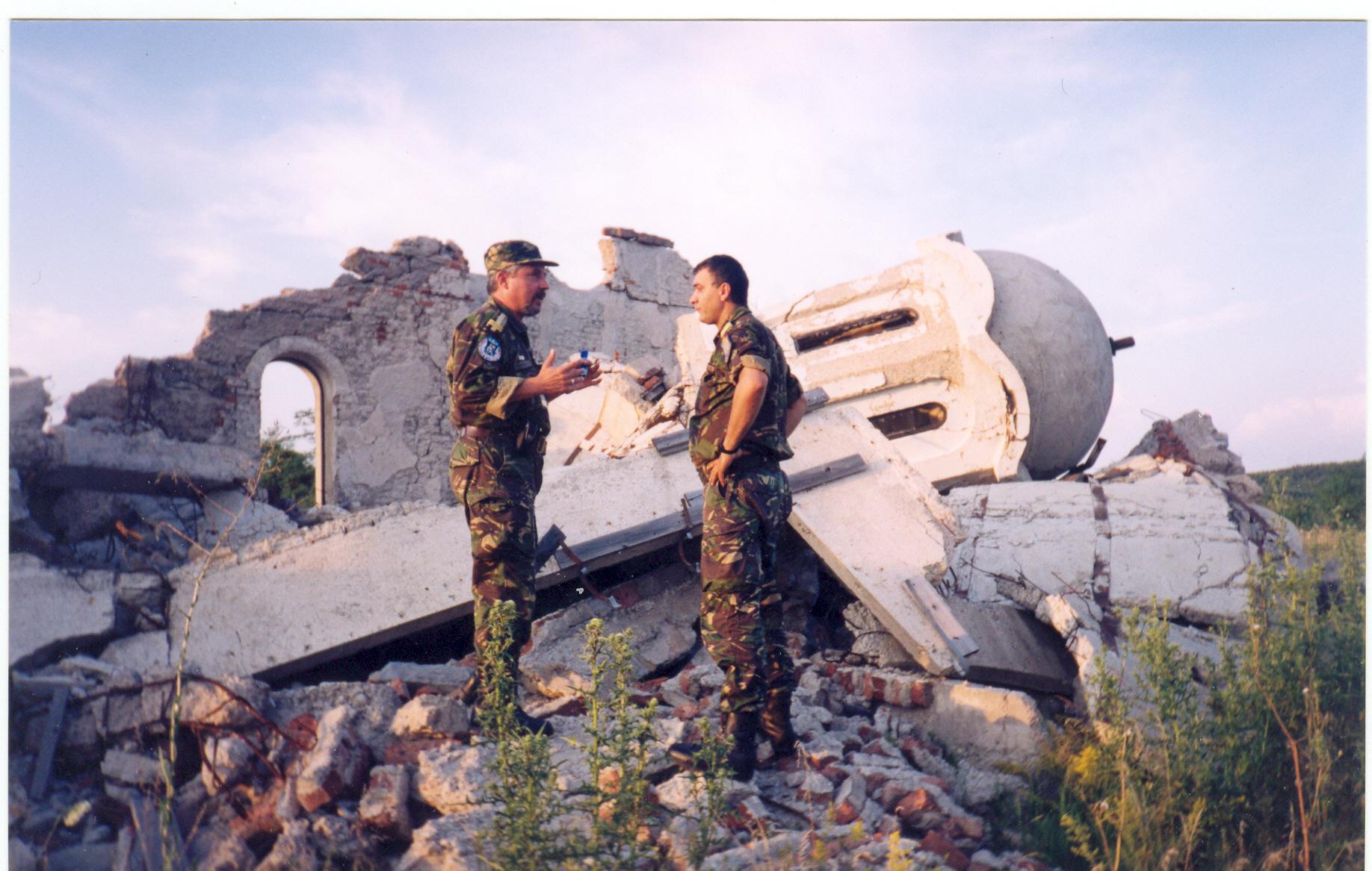 07 Biserica ortodoxa sarba aruncata in aer de albanezii kosovari in vestul Kosovo