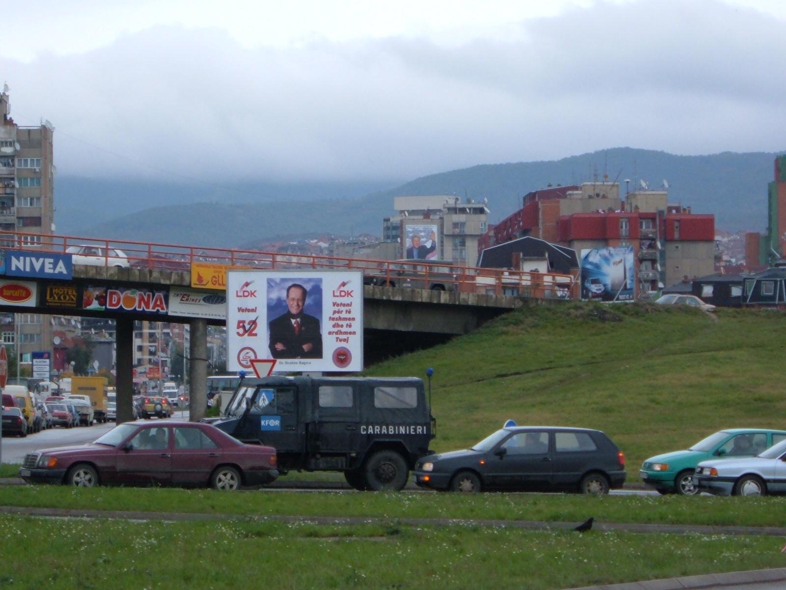 08 Panouri electorale in Pristina anului 2004 pe bulevardul Bill Clinton