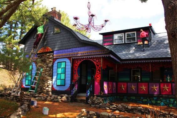 artist-turns-her-new-york-home-into-a-psychedelic-habitat-designboom-03-565x376
