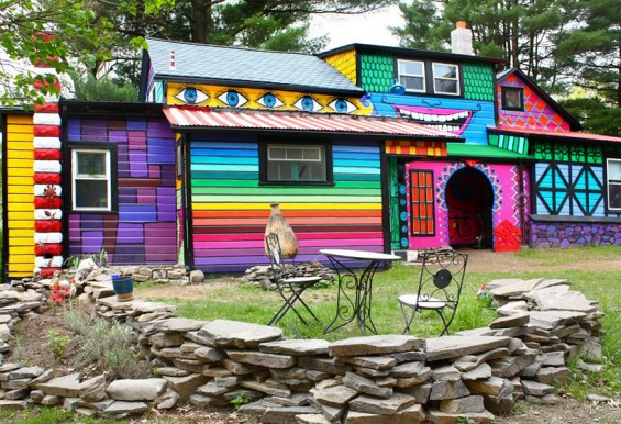 artist-turns-her-new-york-home-into-a-psychedelic-habitat-designboom-07-565x386