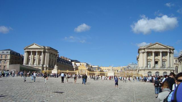 Resize of 05 Coada de intrare la Versailles e uriasa dar merge repede