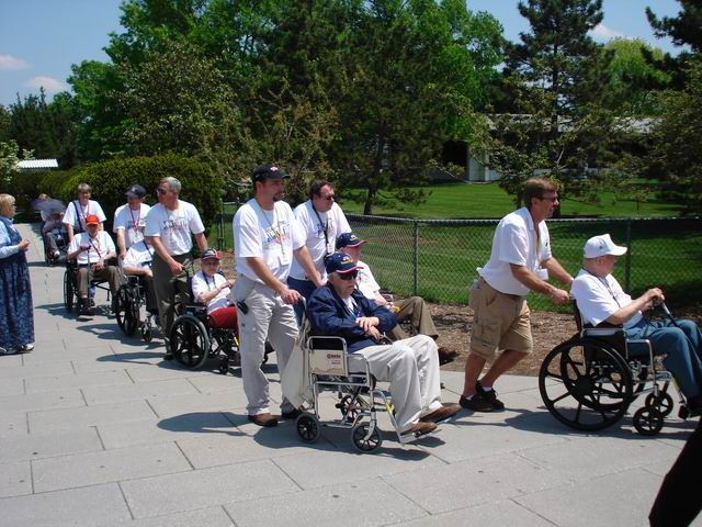 Resize of 12 Veterani americani adusi in vizita la cimitirul Arlington