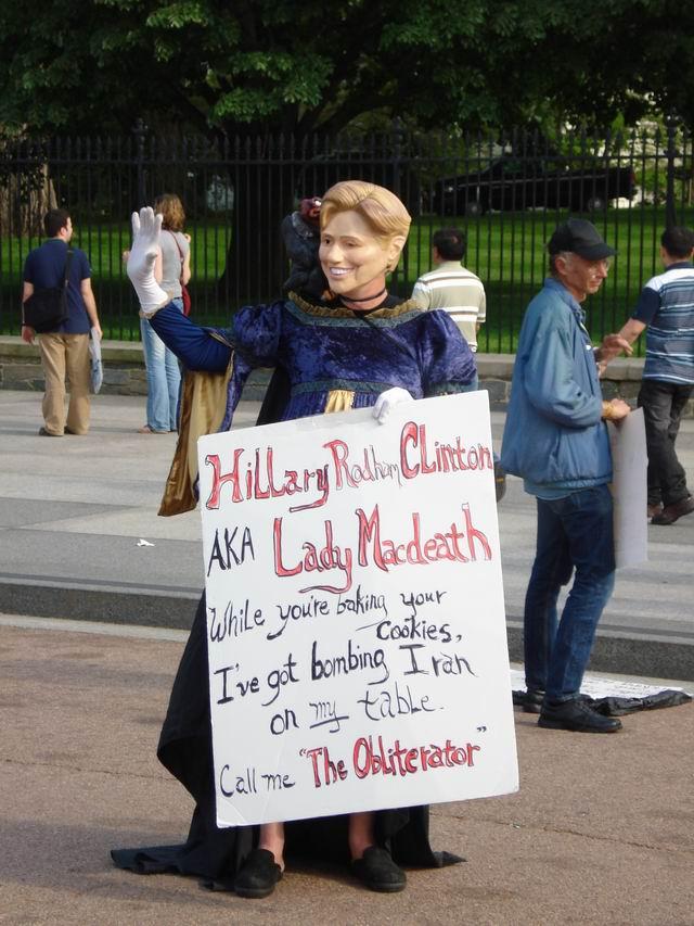 Resize of 14 Un(O) simpatic(a) protestatar(a) impotriva lui Hillary Clinton