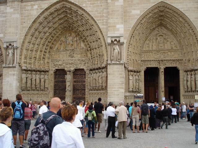 Resize of 20 Turistii intra Notre Dame ca intr-o alta lume