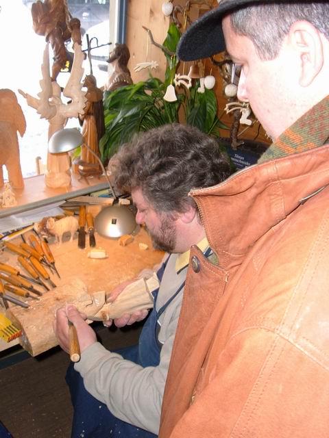 Resize of 12 Mesterul sculptor la bancul de lucru din magazinul sau