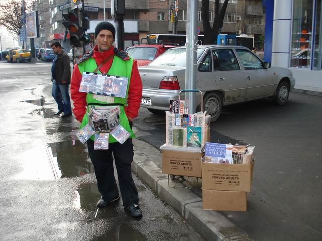Resize of 13 Vanzator de ziare la intersectia Caii Dorobanti cu bulevardul Stefan cel mare
