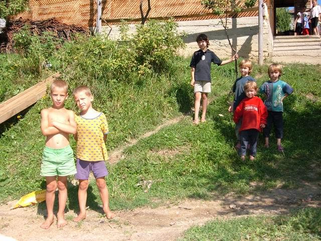 Resize of 18 Copiii din Susenii Bargaului, pe malul Bistritei, privind la mine, un trecator de pe alte meleaguri