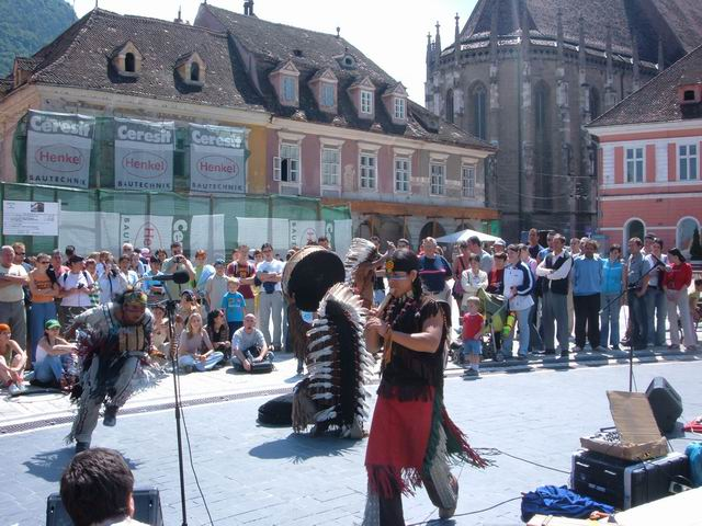 Resize of 19 Indieni sud-americani cantand in Piata Sfatului DIN bRASOV