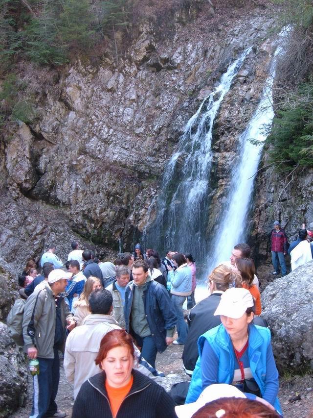 Resize of 32 Vilegiaturisti la cascada Urlatoarea