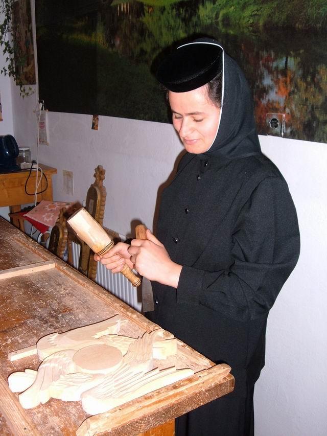 Resize of 8 Maicuta sculptand in atelierele manastirii Vladimiresti