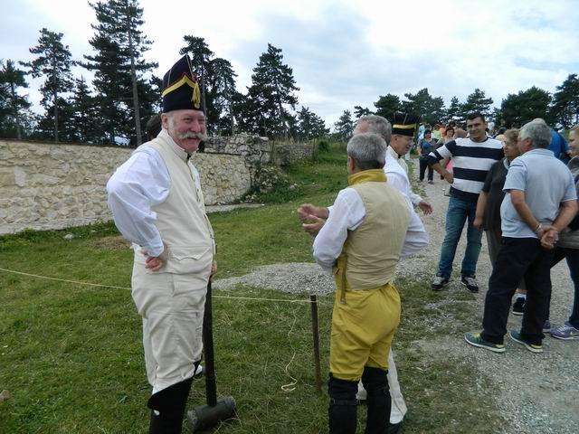 Resize of Profesorul Silvan Ionescu ridicand un bivuac