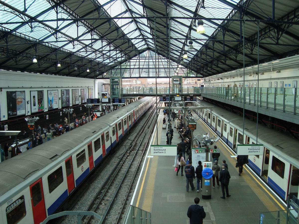 Resize of 2 Peroanele de suprafata ale metroului din Earl's Court station