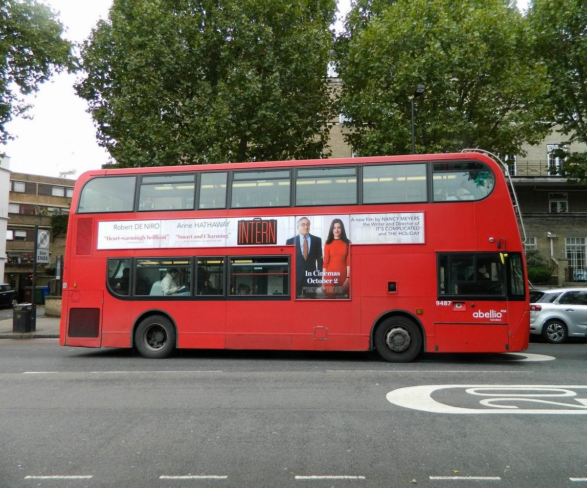 Resize of 23 Reclama filmului Internul pe autobuzul rosu