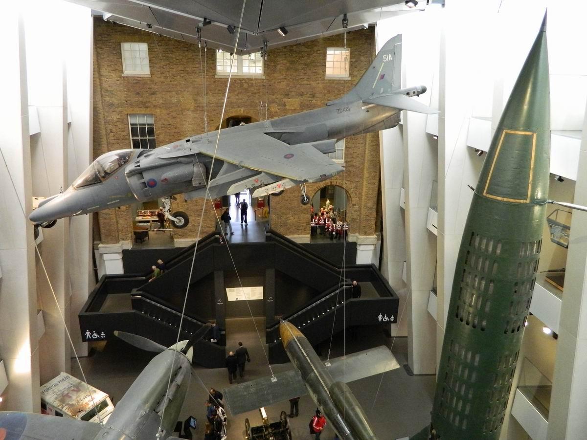 Resize of 27 Avioanele din holul central al Imperial War Museum