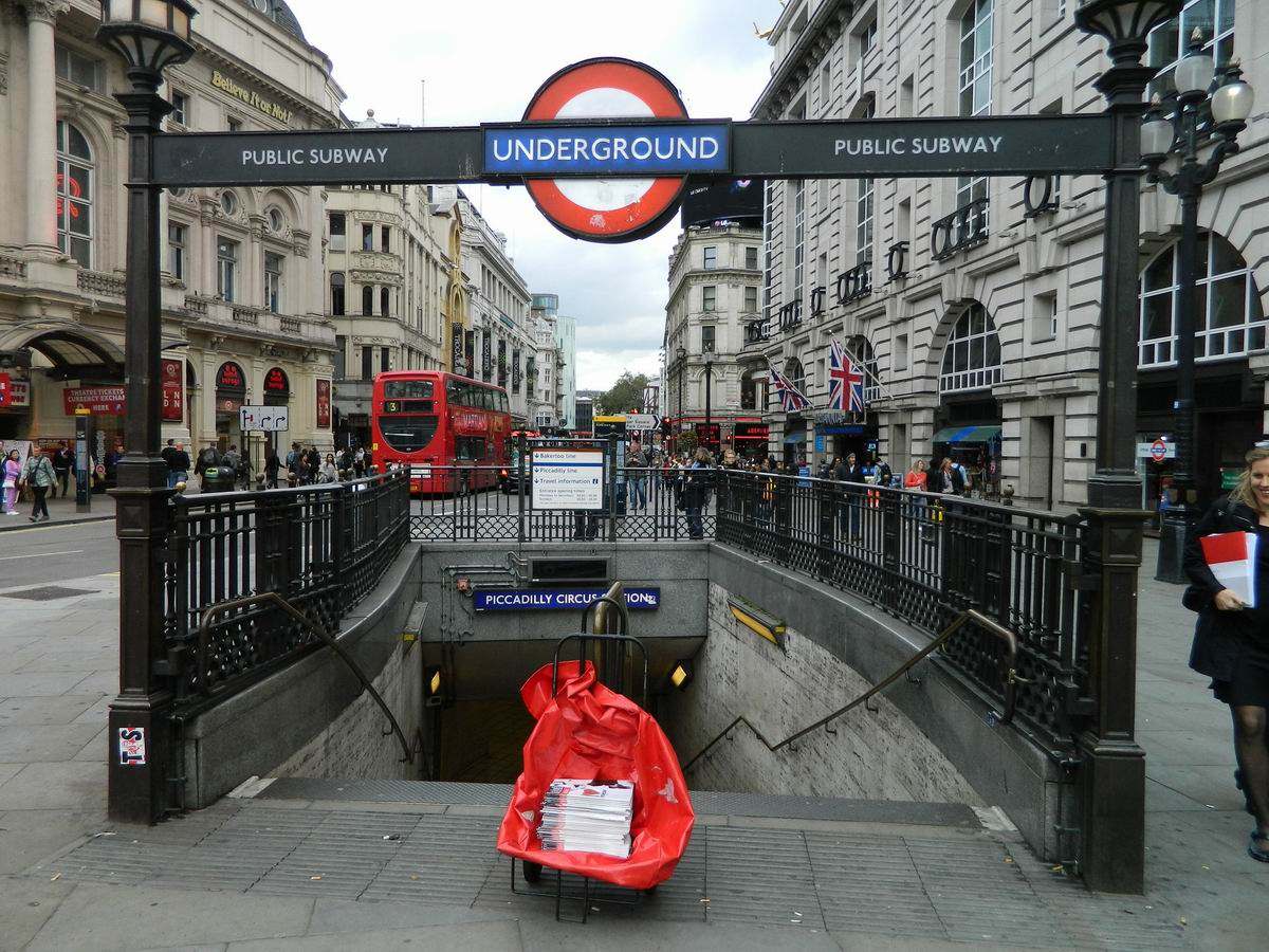 Resize of 6 Intrarea la metrou in Piccadilly Circus