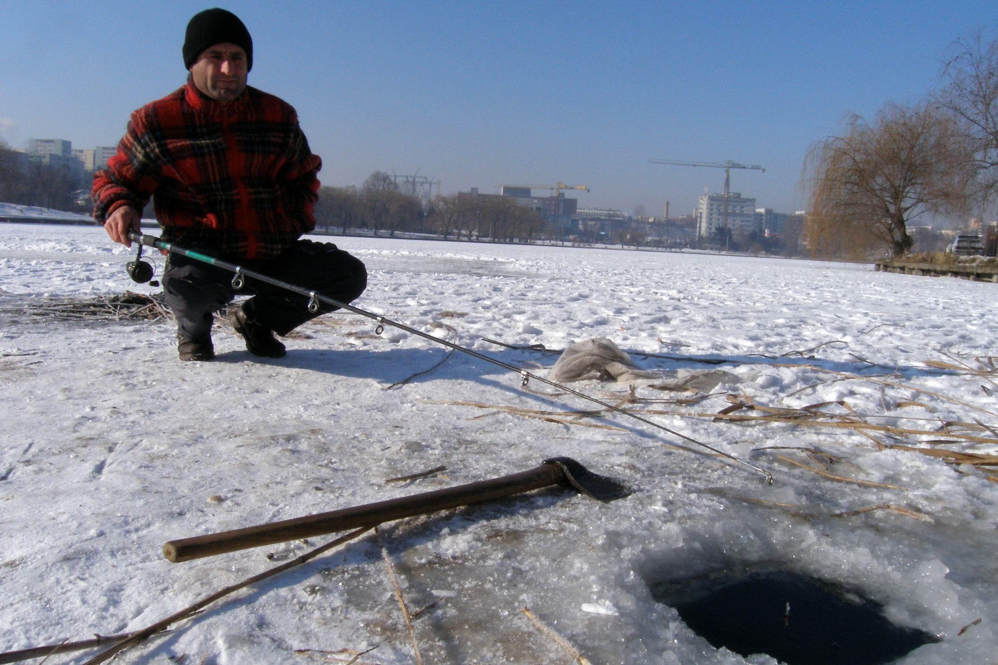 Uni pescar clujean pescuieste la copca, miercuri 25.01.2006,  in gheata groasa de peste 20cm, pe un lac din cartierul clujean Marasti. In cursul acestei dimineti s-au interistrat la Cluj-Napoca temperaturi de - 20 gradde Celsius.
