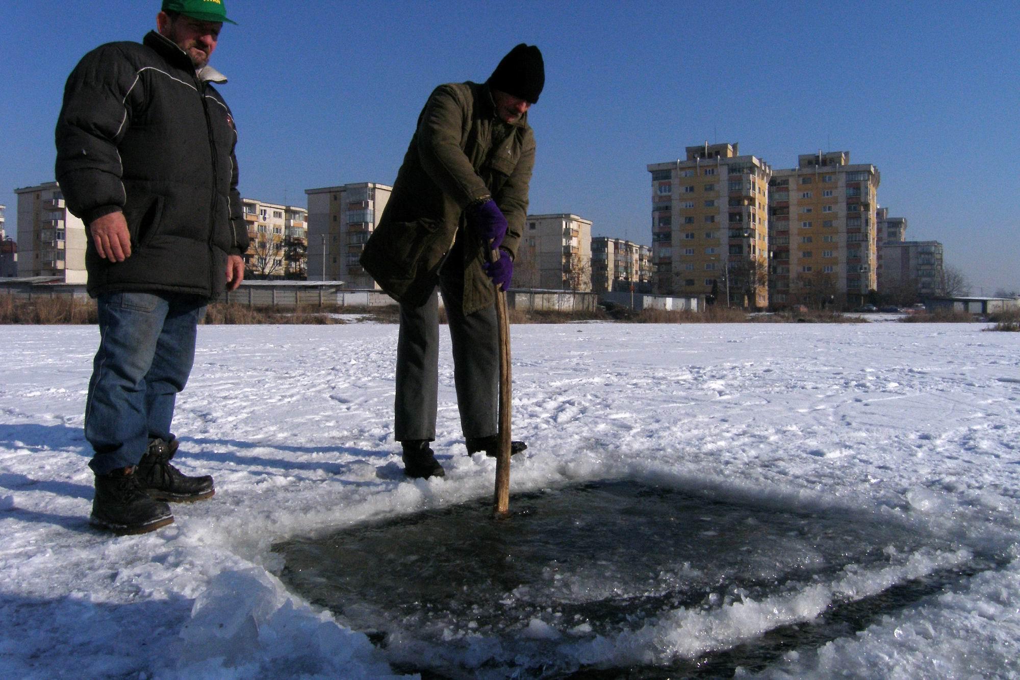 Doi pescari clujeni taie o copca, miercuri 25.01.2006,  in gheata groasa de peste 20cm, pe un lac din cartierul clujean Marasti. In cursul acestei dimineti s-au interistrat la Cluj-Napoca temperaturi de - 20 gradde Celsius.