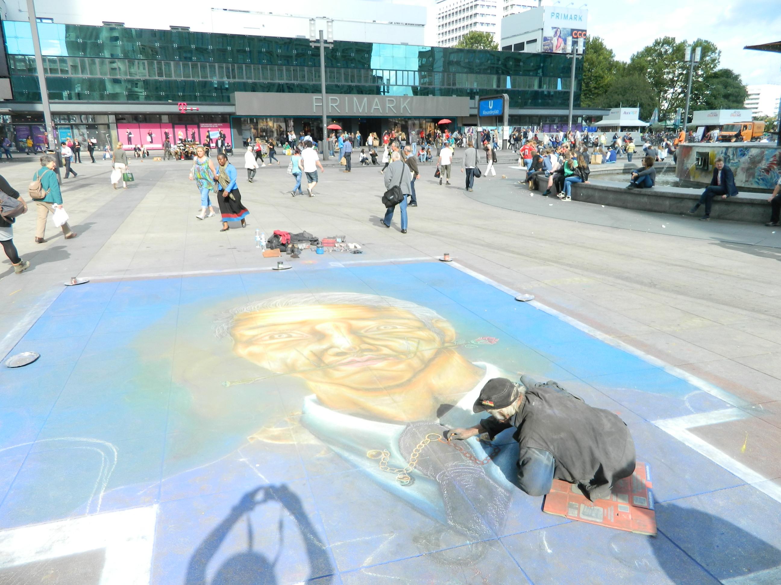 10 Artist pietonal pe asfaltul din Alexanderplatz in Berlin