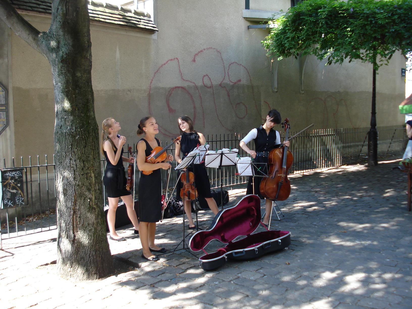 13 Creatii muzicale live la iesirea din statia de metrou Abbesses din Paris