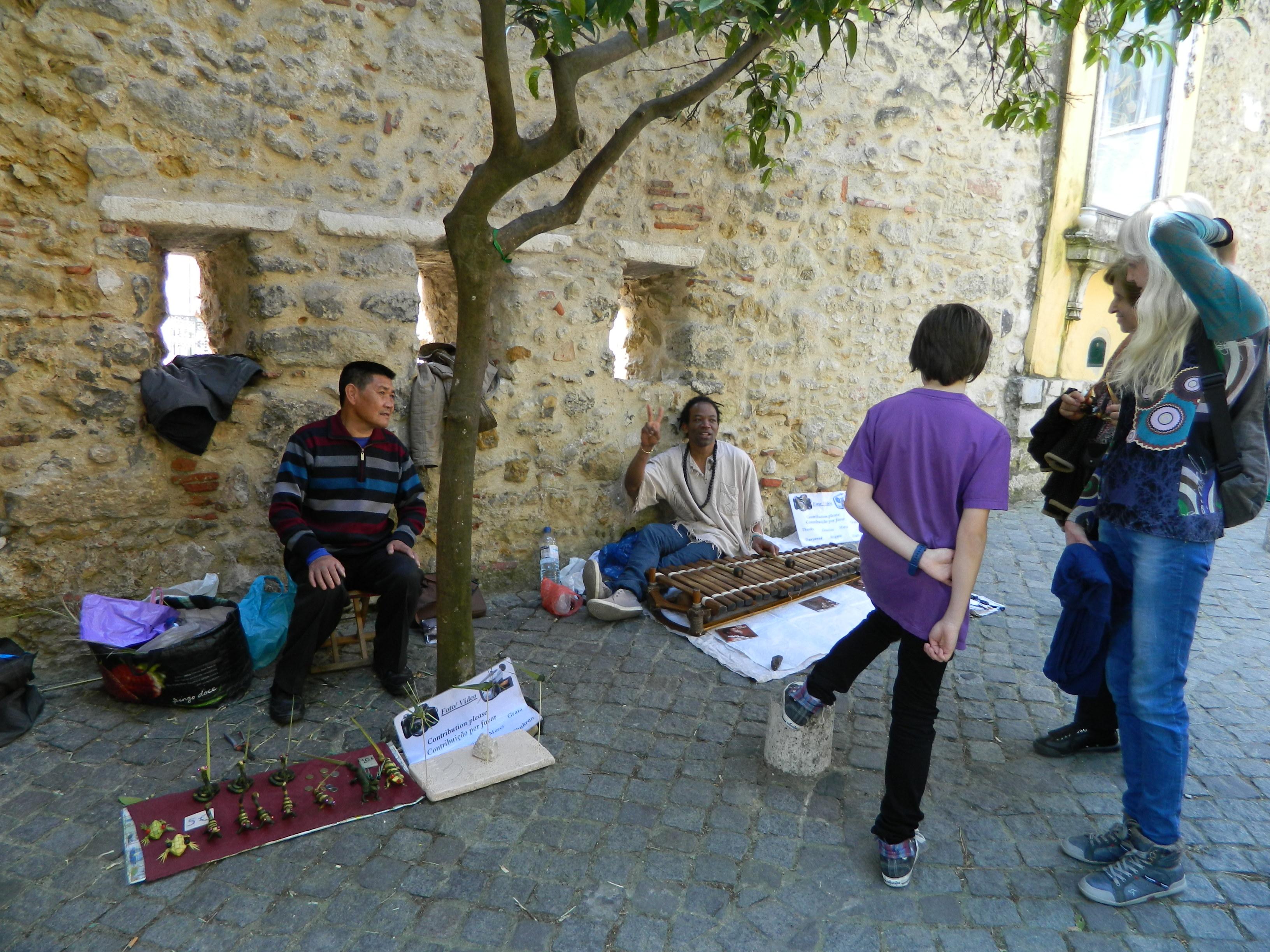9 Artisti, de nu stiu ce, la intrarea in castelul Sao Jorge din Lisabona