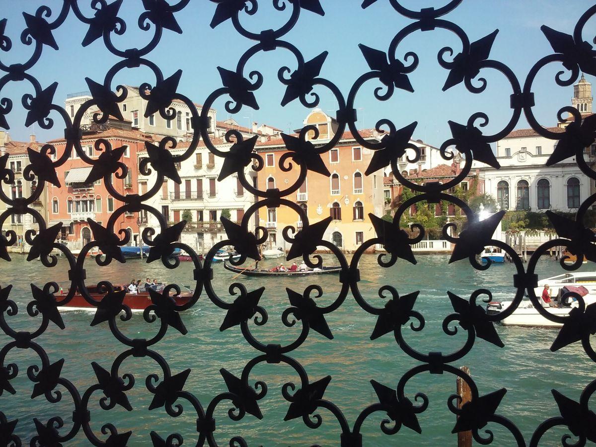 grand-canale-printr-o-fereastra-a-muzeului